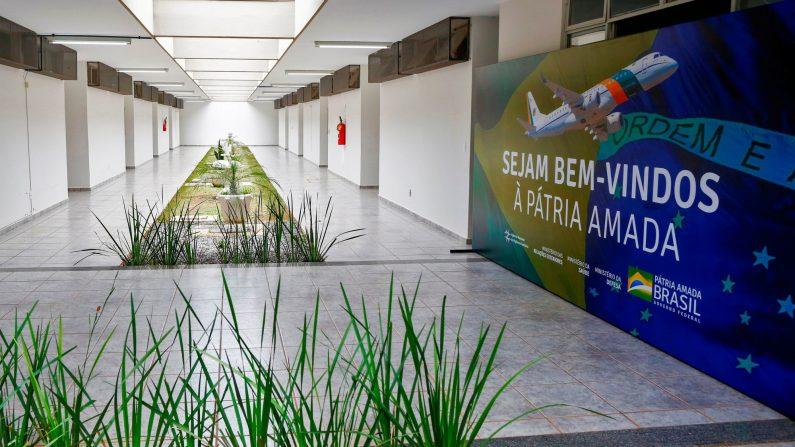 """Vista de los alojamientos para los repatriados brasileños de Wuhan con un mural que dice """"Bienvenido a la amada patria"""" Estarán en cuarentena durante 18 días para descartar el coronavirus en la base de la Fuerza Aérea Brasileña en Anápolis, Brasil, el 7 de febrero de 2020. (Foto de SERGIO LIMA/AFP vía Getty Images)"""