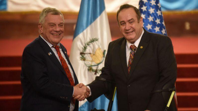 El presidente guatemalteco, Alejandro Giammattei (d), se estrechó la mano del subsecretario de Estado de EE.UU. para asuntos del Hemisferio Occidental, Michael Kozak, después de una conferencia de prensa en el Palacio de la Cultura en la Ciudad de Guatemala (Guatemala) el 7 de febrero de 2020. (JOHAN ORDONEZ / AFP / Getty Images)