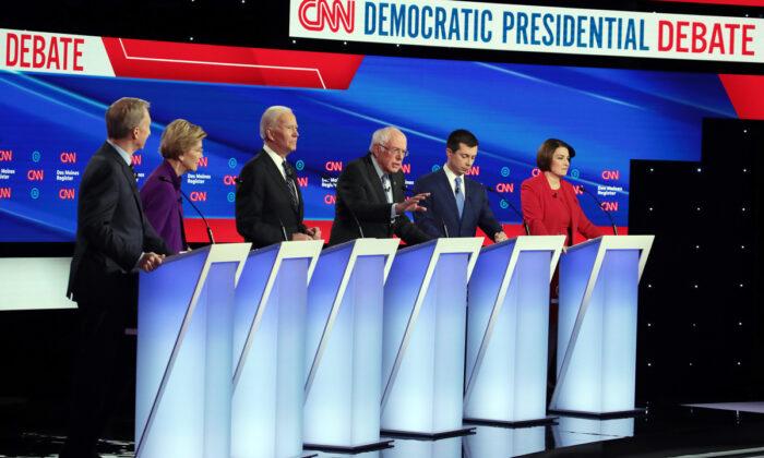 (De izquierda a derecha) Tom Steyer, la senadora Elizabeth Warren(D-Mass.), el exvicepresidente Joe Biden, el expresidente de South Bend, el alcalde de Indiana Pete Buttigieg y la senadora Amy Klobuchar (D-Minn.) escuchan al senador Bernie Sanders (demócrata de Virginia) durante el debate de las primarias presidenciales demócratas en la Universidad Drake en Des Moines, Iowa, el 14 de enero de 2020. (Scott Olson/Getty Images)