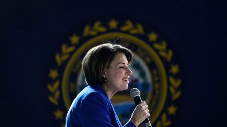 La candidata presidencial demócrata, la senadora Amy Klobuchar (D-MN), habla durante un mitin en la Universidad de New Hampshire, el 8 de febrero de 2020, en Durham, New Hampshire. (Drew Angerer/Getty Images)