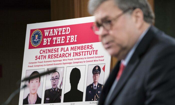 El fiscal general William Barr participa en una conferencia de prensa junto con funcionarios del Departamento de Justicia el 10 de febrero de 2020 en Washington, DC. Barr anunció la acusación de cuatro miembros del ejército chino por piratería en Equifax Inc. y robo de datos de millones de estadounidenses. (Sarah Silbiger/Getty Images)