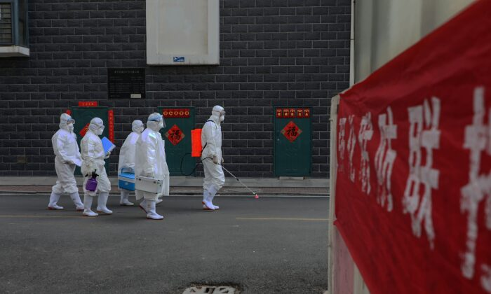 Técnicos de laboratorio abren paso durante una investigación epidemiológica en Linyi, en la provincia oriental de Shandong, China, el 10 de febrero de 2020. (STR/AFP vía Getty Images)