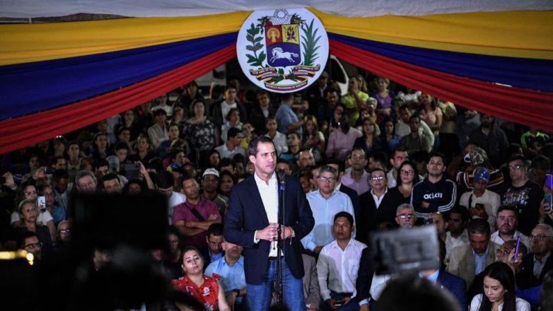 El presidente encargado de Venezuela, Juan Guaido, habla en la plaza Bolívar de Chacao el 11 de febrero de 2020 en Caracas, Venezuela.  (Carolina Cabral / Getty Images)