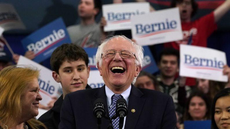 El aspirante a la presidencia demócrata de Vermont, el senador Bernie Sanders, habla en un evento nocturno de las primarias en la SNHU Field House en Manchester, New Hampshire, el 11 de febrero de 2020. Timothy A. Clary/AFP vía Getty Images