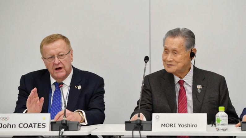 El presidente del comité de coordinación de los Juegos Olímpicos de Tokio 2020, John Coates (izquierda), y el presidente de Tokio 2020, Yoshiro Mori (derecha), asisten a la reunión de revisión del proyecto del Comité Olímpico Internacional (COI) en Tokio. ( JAPAN POOL / JIJI PRESS / AFP vía Getty Images)