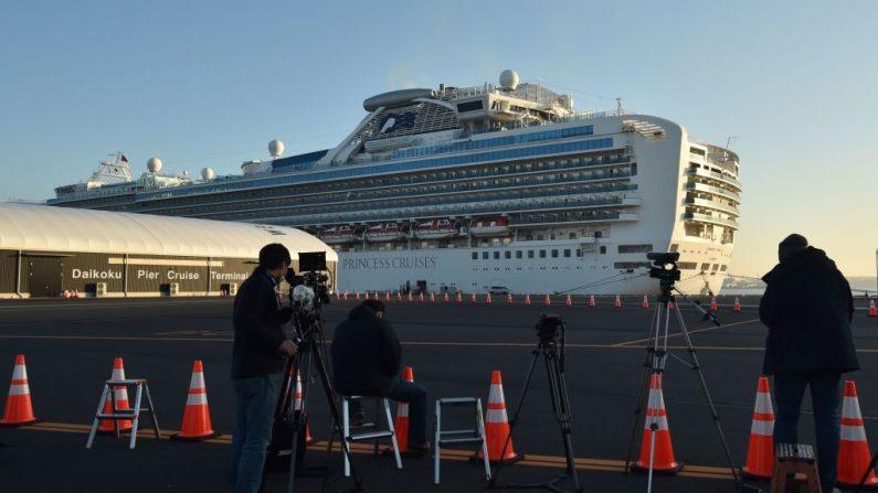 El crucero Diamond Princess, con alrededor de 3700 personas en cuarentena a bordo debido a los temores del mortal coronavius Covid-19, se ve anclado en la Terminal de Cruceros del Muelle Daikaku en Yokohama (Japón) el 13 de febrero de 2020. (KAZUHIRO NOGI/AFP vía Getty Images)