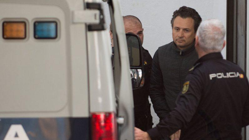 Emilio Lozoya, exdirector ejecutivo de la compañía petrolera estatal de México, PEMEX, es transferido a una camioneta de la Policía española en Marbella el 13 de febrero de 2020. (JORGE GUERRERO / AFP / Getty Images)