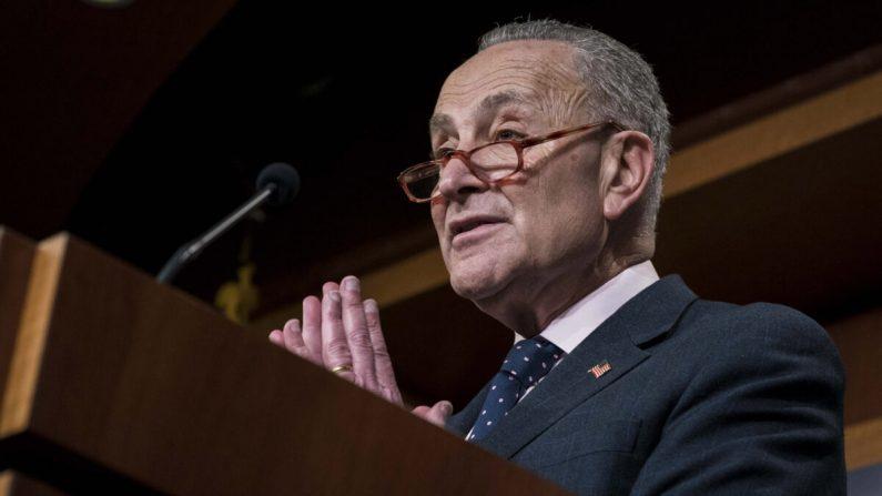 El líder de la minoría, el senador Chuck Schumer (D-N.Y.) participa en una conferencia de prensa luego de la votación bipartidista del Senado sobre la Resolución de Poderes de Guerra sobre Irán en el Capitolio en Washington el 13 de febrero de 2020. (Sarah Silbiger/Getty Images)