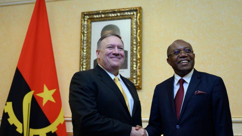 El Secretario de Estado de EE.UU. Mike Pompeo (a la izquierda), se reúne con el Ministro de Relaciones Exteriores de Angola, Manuel Domingos Augusto (a la derecha), en el Palacio Presidencial de Luanda el 17 de febrero de 2020. (ANDREW CABALLERO-REYNOLDS/POOL/AFP vía Getty Images)
