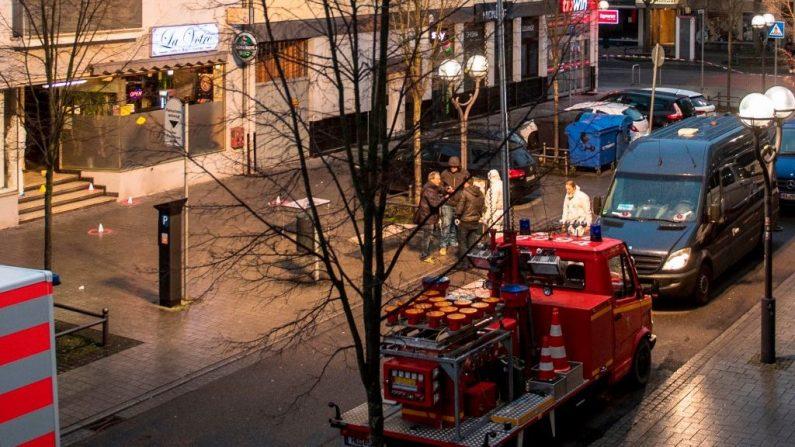 La policía forense trabaja en la escena de un crimen frente a un bar (izq.) y un bar de shisha (centro y derecha) en el Heumarkt en el centro de Hanau, cerca de Frankfurt am Main, Alemania occidental, el 20 de febrero de 2020, después de que al menos nueve personas murieran en dos tiroteos a finales del 19 de febrero. (Foto de THOMAS LOHNES/AFP vía Getty Images)