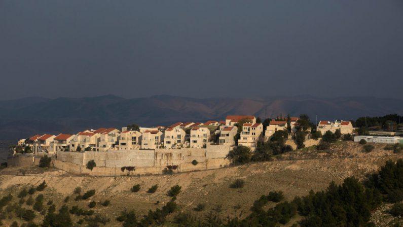 """Una vista de parte del asentamiento judío de Maale Adumim el 28 de enero de 2020 en Maale Adumim, Cisjordania. El Presidente de los Estados Unidos Donald Trump dice que está ofreciendo el """"trato del siglo"""" para revivir un proceso de paz entre Israel y los palestinos. Las autoridades palestinas han boicoteado las negociaciones con la administración Trump sobre lo que consideran su agenda pro-israelí. (Foto de Lior Mizrahi/Getty Images)"""