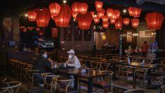 Restaurante chino se disculpa por pesar a comensales para determinar cuánta comida deben comer