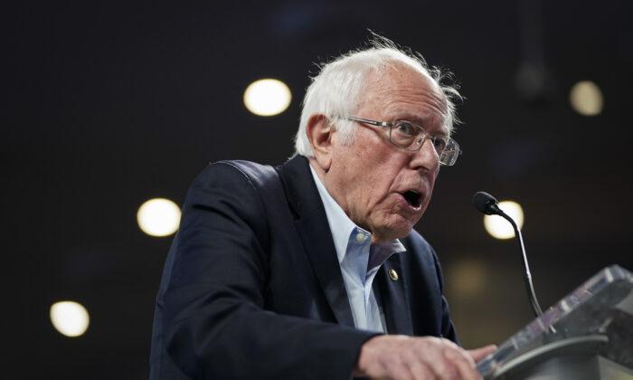 El candidato presidencial demócrata, el senador Bernie Sanders (I-Vt.) habla durante un mitin de campaña en Houston, Texas, el 23 de febrero de 2020. (Drew Angerer/Getty Images)