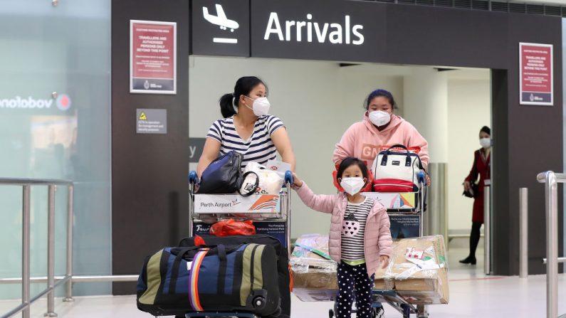 Los pasajeros del vuelo CZ319 de China Southern Airlines llegan al aeropuerto internacional de Perth el 02 de febrero de 2020 en Perth, Australia. (Paul Kane / Getty Images)