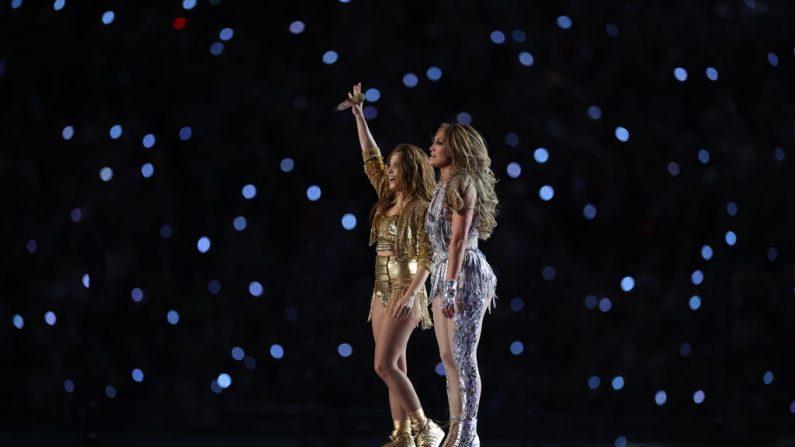 Las cantantes Shakira y Jennifer López actúan durante el show de medio tiempo del Super Bowl LIV de Pepsi en el Hard Rock Stadium el 2 de febrero de 2020 en Miami, Florida. (Al Bello/Getty Images)