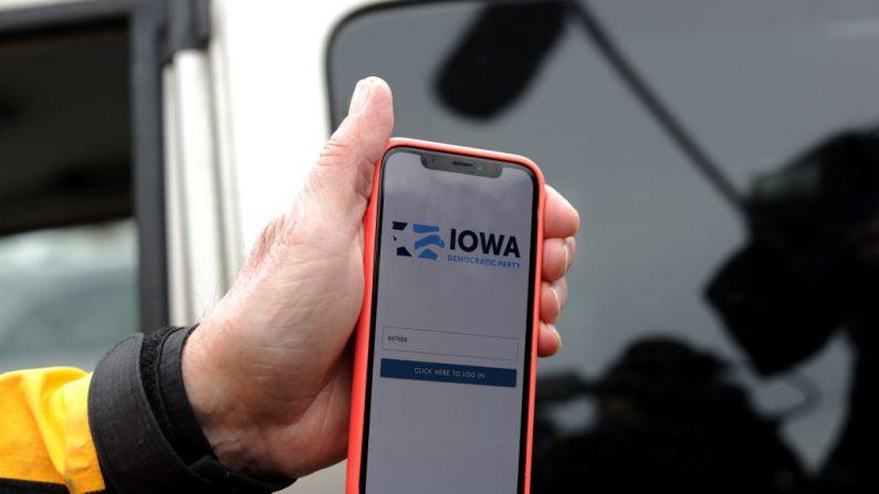 Carl Voss, concejal de la ciudad de Des Moines, muestra la app que dejó de funcionar en el caucus del Partido Demócrata el 4 de febrero de 2020 en Des Moines, Iowa. (Alex Wong/Getty)