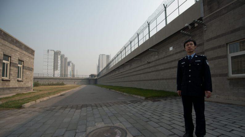 Un guardia de la prisión se encuentra en un patio dentro del centro de detención N° 1 en Beijing, China, el 25 de octubre de 2012. (Ed Jones/AFP a través de Getty Images)
