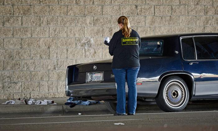 Una foto de archivo de una ayudante del Sheriff del Condado de Orange investigando una escena del crimen en Tustin, California, el 19 de febrero de 2013. (Kevork Djansezian/Getty Images)