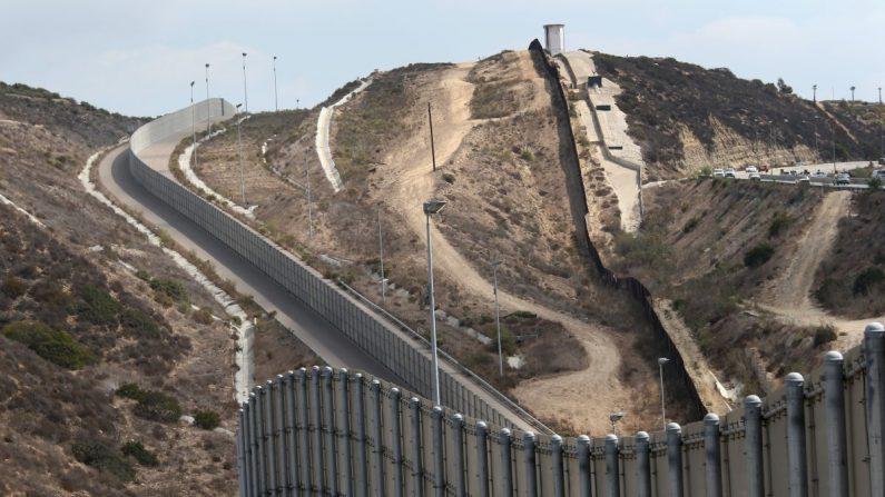 La cerca fronteriza México-Estados Unidos cerca de San Diego, California, el 3 de octubre de 2013. (John Moore/Getty Images)