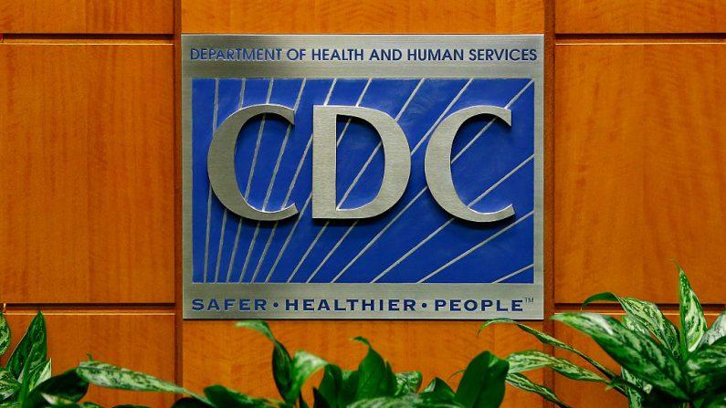 Un podio con el logo de los Centros para el Control y la Prevención de Enfermedades en el Centro de Comunicaciones Globales Tom Harkin el 5 de octubre de 2014 en Atlanta, Georgia. (Foto de Kevin C. Cox/Getty Images)