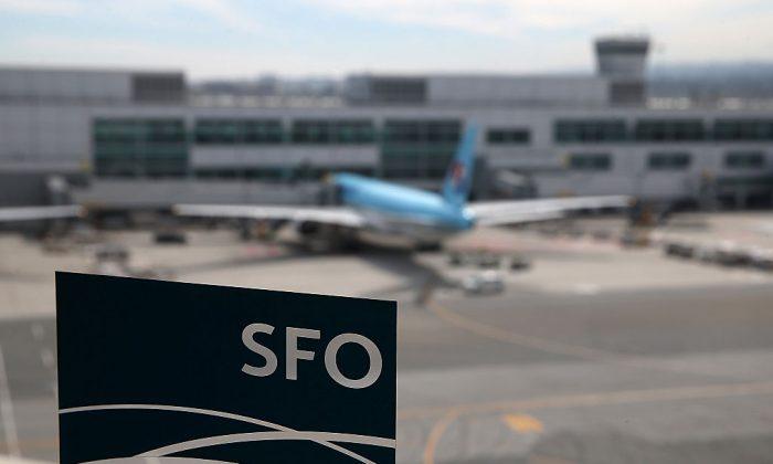 Un avión estacionado en la terminal internacional se ve a través de la ventana de una estación de tren sky en el aeropuerto internacional de San Francisco. (Justin Sullivan/Getty Images)