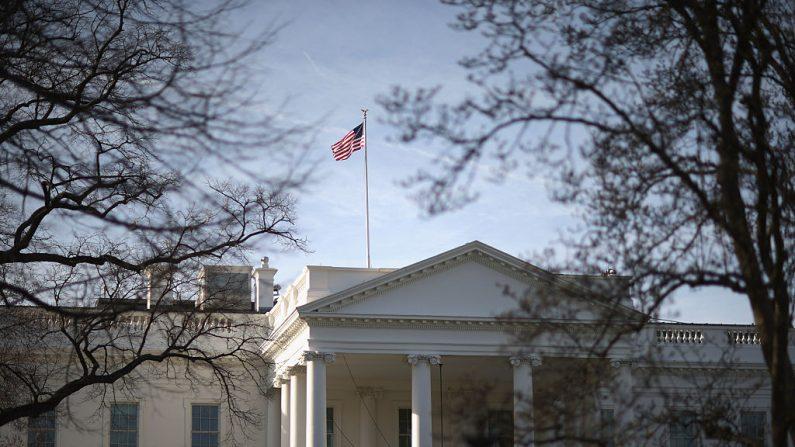 La luz del sol matutino golpea la bandera que ondea sobre la Casa Blanca el 18 de marzo de 2015 en Washington, DC.  (Foto de Chip Somodevilla/Getty Images)