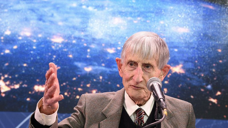 """Freeman Dyson, profesor emérito del Instituto de Estudios Avanzados de Princeton habla en el escenario mientras Yuri Milner y Stephen Hawking organizan una conferencia de prensa para anunciar la nueva iniciativa de exploración espacial """"Breakthrough Starshot"""" en el Observatorio One World el 12 de abril de 2016 en la ciudad de Nueva York, (EE.UU.).  (Bryan Bedder/Getty Images)"""