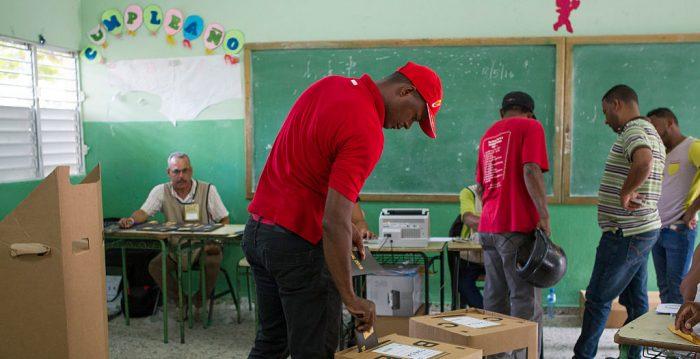 República Dominicana llama a elecciones extraordinarias y vuelve al voto manual