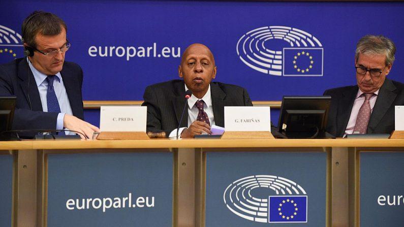 El disidente cubano Guillermo Farinas (c) se dirige a los miembros de la Comisión de Derechos Humanos del Parlamento Europeo en la sede de la UE en Bruselas (Bélgica) el 12 de octubre de 2016. (JOHN THYS / AFP / Getty Images)