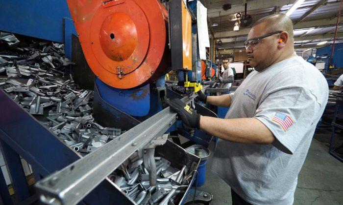 Trabajadores construyen marcos de cama en la fábrica de la Compañía de Marcos de Cama de Hollywood en Commerce, California, el 14 de abril de 2017. (ROBYN BECK/AFP/Getty Images)