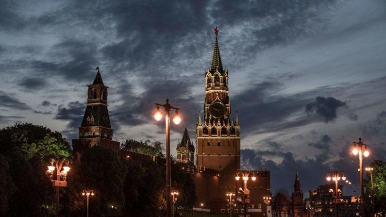 El sol se pone detrás del Kremlin en la Plaza Roja de Moscú el 8 de junio de 2017. (MLADEN ANTONOV/AFP/Getty Images)