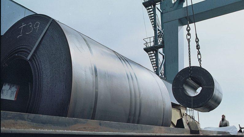 Imagen ilustrativa de trabajadores que utilizan una grúa para cargar una bobina de 60.000 libras de acero. (Foto de Tom Mihalek/Getty Images)