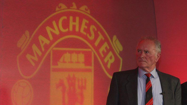 En esta imagen de folleto proporcionada por Manchester United, Harry Gregg de Manchester United habla durante el servicio conmemorativo para conmemorar el 50 aniversario del desastre aéreo de Munich en Old Trafford el 6 de febrero de 2008 en Manchester, Inglaterra. (John Peters / Manchester United / Getty Images)