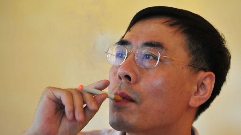 El inventor del cigarro electrónico, Hon Lik, fuma su invento en Beiijng el 25 de mayo de 2009. (FREDERIC J. BROWN/AFP a través de Getty Images)