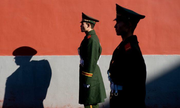 Miembro de la policía china hace guardia en Beijing, China (Saul Loeb/AFP/Getty Images)