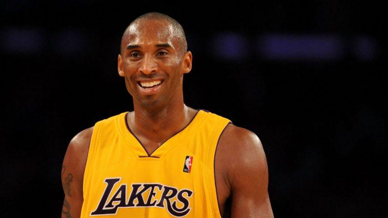 Kobe Bryant #24 de Los Ángeles Lakers sonríe en el cuarto trimestre durante el partido contra los Bulls de Chicago el 19 de noviembre de 2009 en el Staples Center de Los Ángeles, California (EE.UU.).  (Harry How/Getty Images)