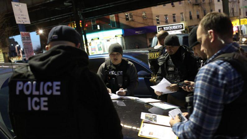 El Servicio de Inmigración y Aduanas de los Estados Unidos (ICE), oficiales se preparan para operaciones matutinas. (Foto de John Moore/Getty Images)