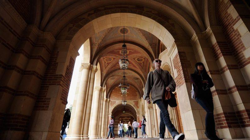 Los estudiantes caminan por el campus de la UCLA en Los Ángeles, California, el 23 de abril de 2012. (Kevork Djansezian/Getty Images)