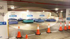 Indigentes duermen en camas de verdad en estacionamiento vacío gracias a programa de refugio seguro