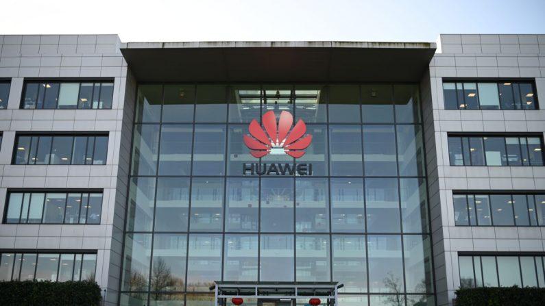 Logo de la compañía china Huawei en sus oficinas principales del Reino Unido en Reading, al oeste de Londres, el 28 de enero de 2020. (DANIEL LEAL-OLIVAS/AFP vía Getty Images)