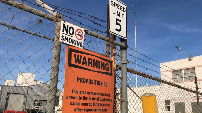 Un letrero afuera de una planta de reciclaje de baterías de Exide Technologies en Commerce, California, el 31 de enero de 2020. La planta era la fuente de contaminación de plomo y arsénico que cubría los barrios de los alrededores de 1,7 millas. (Chris Karr/The Epoch Times)