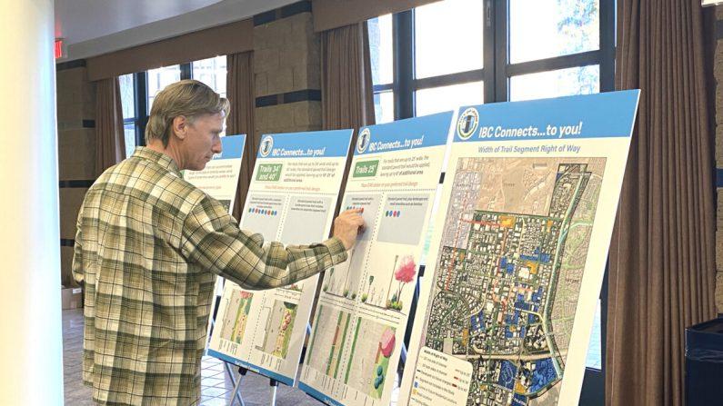 Los residentes de Irvine dieron su opinión a los planificadores de la ciudad sobre un próximo proyecto de desarrollo en el Irvine Business Complex (IBC) en el Ayuntamiento el 13 de febrero de 2020. (Jamie Joseph/The Epoch Times)