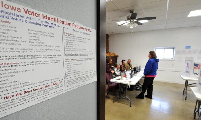 Los votantes se dirigen a las urnas en el condado de Madison en Truro, Iowa, el 6 de noviembre de 2018. (Steve Pope/Getty Images)