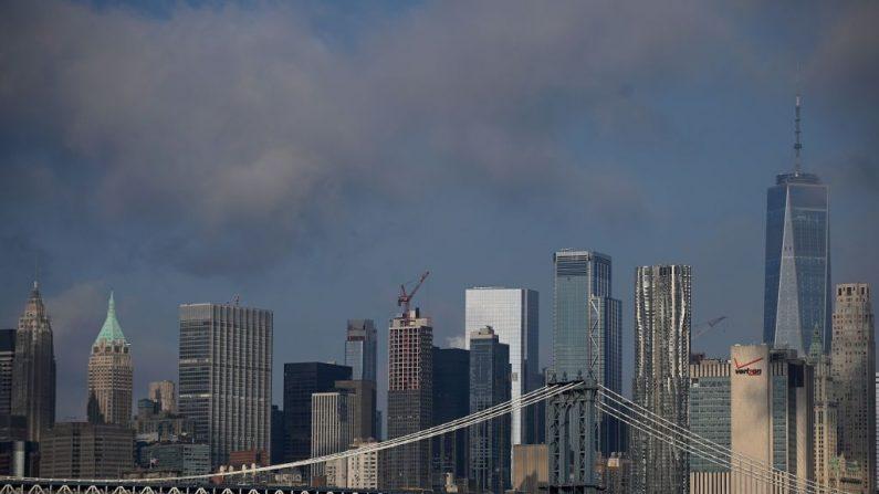 Puente de Manhattan y el horizonte con el One World Trade Center (der.) el 11 de septiembre de 2019 en la ciudad de Nueva York. (JOHANNES EISELE/AFP a través de Getty Images)