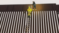 Bomberos de San Diego rescatan a hombre que quedó atrapado en lo alto del muro fronterizo