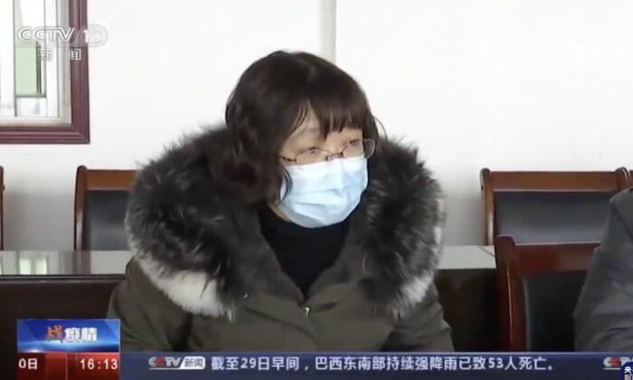 Tang Zhihong, jefe de la comisión de salud de Huanggang, guarda silencio cuando los expertos de Beijing le preguntan sobre el estado de la epidemia en Huanggang, China, el 29 de enero de 2020. (Captura de pantalla)