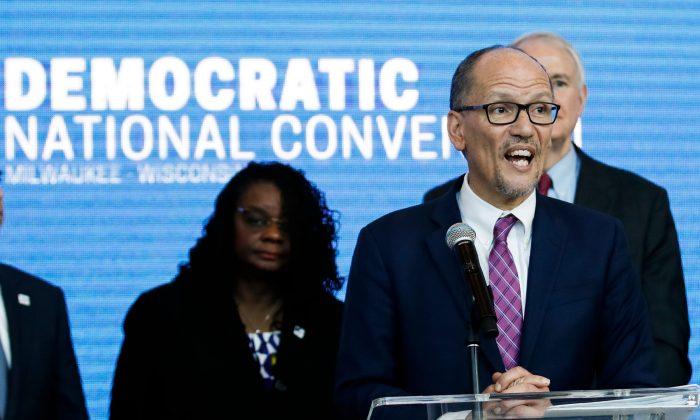 El presidente del Comité Nacional Demócrata Tom Pérez habla durante una conferencia de prensa en el Foro Fiserv en Milwaukee, Wisconsin, el 11 de marzo de 2019. (Kamil Krzaczynski/AFP/Getty Images)