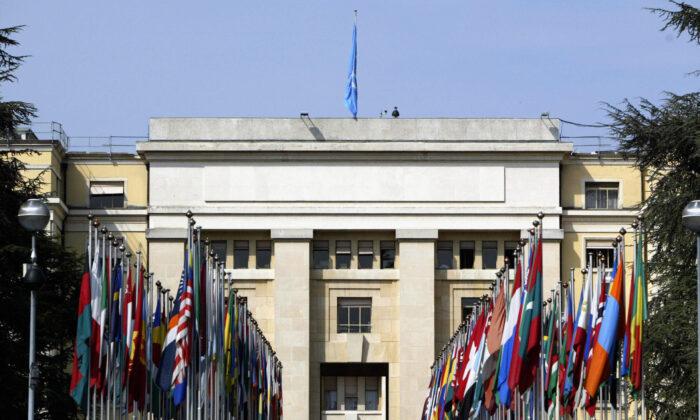 Vista de la entrada principal del Palacio de las Naciones (Palais des Nations) que alberga la sede europea de la ONU, en Ginebra, el 28 de mayo de 2004. (John Macdougall/AFP vía Getty Images)
