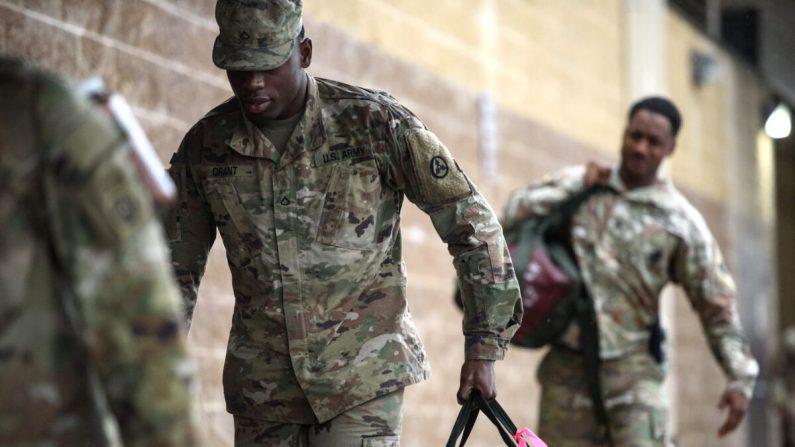 Las tropas estadounidenses de la 82 División Aerotransportada del Ejército llegan a Green Ramp para un despliegue en Oriente Medio en Fort Bragg, Carolina del Norte, el 4 de enero de 2020. (Andrew Craft/Getty Images)