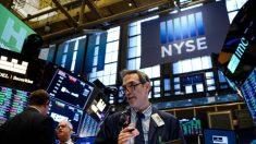 Bonos suben desde mínimos históricos mientras acciones repuntan luego de una enorme caída de 2 días